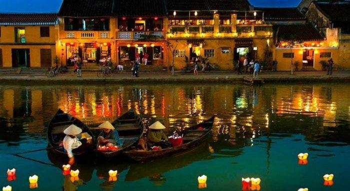 Chèo thuyền thả hoa đăng trên sông Hoài