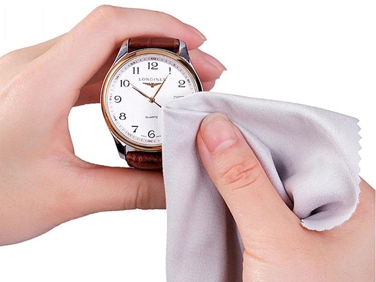 Sử dụng vải mềm để vệ sinh đồng hồ